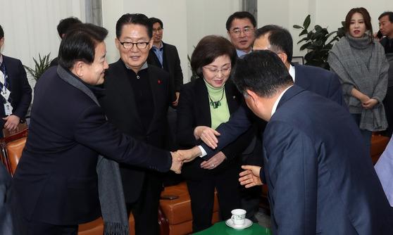박지원, 정동영 의원등 국민의당 바른정당 통합 반대파 의원들이 3일 오후 국회에서 비공개 모임을 했다. 강정현 기자