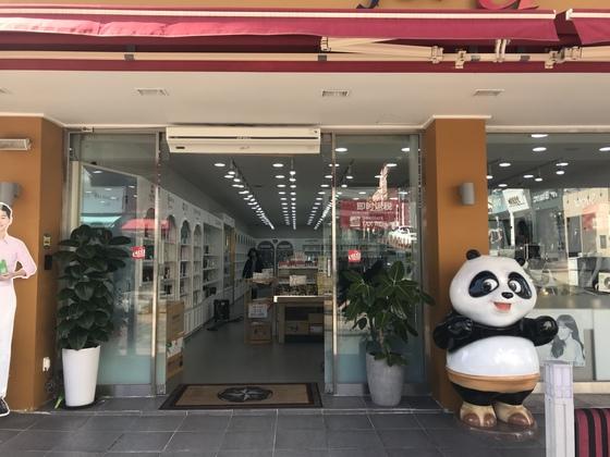 제주시내의 한 중국인 대상 쇼핑몰이 손님 없이 텅 비어있다. 최충일 기자