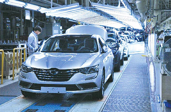 지난해 부산 신호동 르노삼성차 부산공장 라인에서 'SM6'가 생산되고 있는 모습. [사진 르노삼성차]