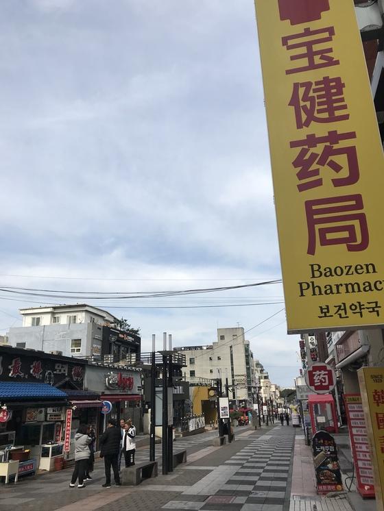 올해부터 누웨모루 거리로 이름이 바뀐 제주 중국인 거리. 최충일 기자