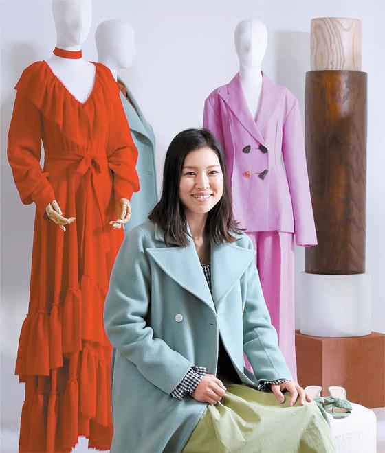 브랜드를 전개하고 있는 디자이너 표지영. 삼성패션디자인펀드 수상을 기념해 서울 한남동 비이커 매장에 컬렉션 일부를 선보였다.
