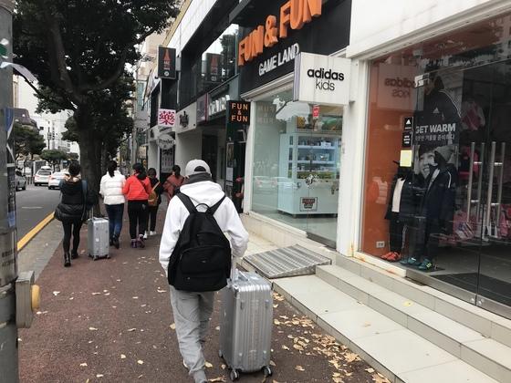 지난해 제주를 찾은 중국인 관광객이 2016년보다 75.5%나 줄었다. 사진은 제주시 연동을 찾은 중국인들. 최충일 기자