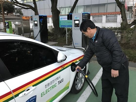 택시기사가 제주도의회에 설치된 전기차 충전소에서 전기차 택시를 충전기하고 있다. [최충일 기자]