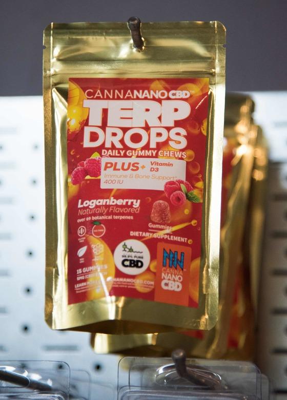 캘리포니아주 데저트 핫 스프링의 한 가게에 전시된 딸기향이 가미된 사탕류 마약제품 'Terp Drops'.
