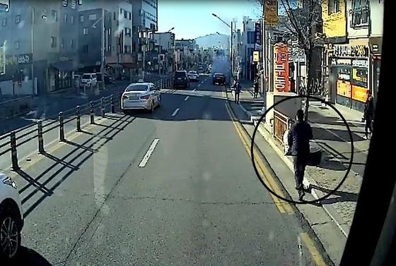 대전 시내버스 운전기사인 이병완씨(원)가 불이 붙은 승용차를 발견하고 버스에 비치된 소화기를 들고 달려가고 있다. [사진 대전시]
