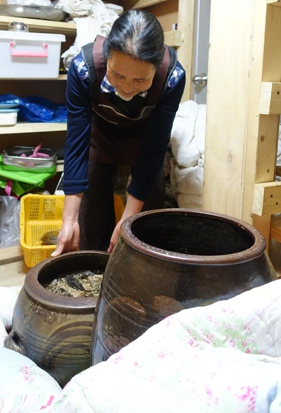술 항아리를 자랑하는 정순자 여사. 키가 작고 펑퍼짐한 저 항아리는 전남 어느 곳의 옹기 무형문화재를 찾아가 모양도 설명하고 자연 유약으로 해달라고 주문해 제작했다고 한다.