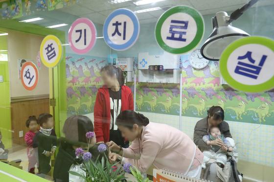서울 청파로 소화아동병원에서 독감 등으로 병원을 찾은 어린이와 보호자들이 진료 순서를 기다리고 있다. [연합뉴스]