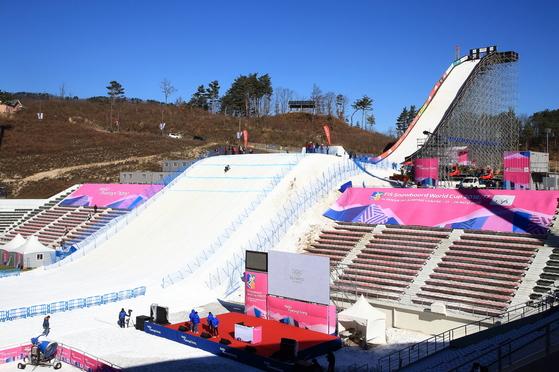 지자체와 기업 등이 단체구매한 올림픽 티켓은 '공짜 표'로 뿌려질 가능성이 높다. 관중들이 직접 관람을 포기하면 경기장이 텅 빌 수도 있다. 2016년 11월 빅에어 월드컵 당시 텅 빈 경기장. [중앙포토]
