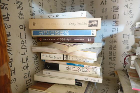 """법정 스님의 오래 전 책 『산방한담』이 정순자 여사의 안방 벽장에 쌓아둔 책들 속에 섞여있다. 법정 스님의 책을 많이 읽었다는데 한 권밖에 안 보인다고 하자 """"더 이상 책이 나오지 않는다 해서 따로 뒀다""""고 했다. 여기 보이는 책들만으로도 그의 독서 이력을 짐작할 만하다."""