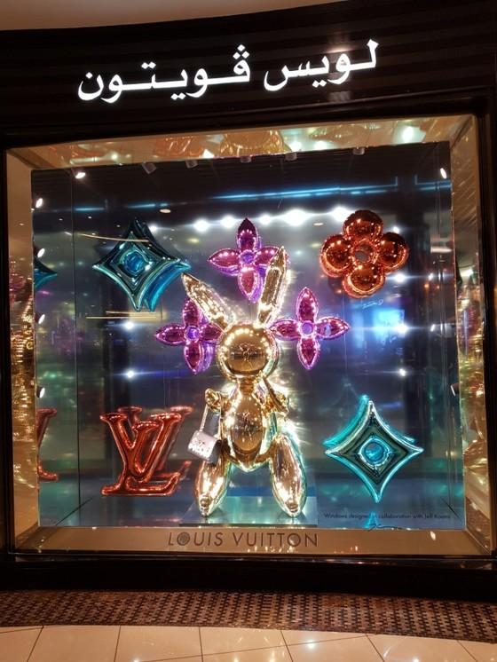 아부다비 마리나 쇼핑몰의 명품 가게. 제프 쿤스의 미술 작품을 바탕으로 만든 마케팅 조형물 위로 브랜드 이름이 아랍어로 적혀 있다.[채인택 국제전문기자]