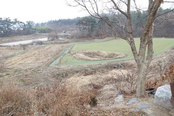 '소박한 밥상'은 식재료의 60%쯤을 직접 농사지어 조달한다. 농토가 집 주위 2만5000여㎡에 이른다. 앞의 웅덩이 습지에서는 연이 자라고, 겨울에도 파란 밭에선 보리가 자라고 있다. 보리는 조청 만들 때 없어서는 안 되는 엿기름을 기르려고 재배한다. 멀리 비닐에 덮인 밭에서는 마늘이 겨울을 나고 있다.