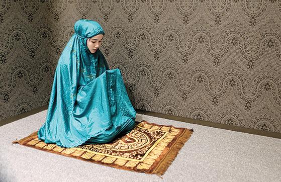 롯데백화점 잠실점의 무슬림 기도실에서 인도네시아 여성이 기도하고 있다. 무슬림이 자신의 생활방식을 유지하며 지낼 수 있도록 배려하는 '무슬림 프렌들리' 서비스다. 이는 동남아·남아시아에 사는 8억 무슬림의 마음을 사로잡는 핵심이다. [뉴시스]