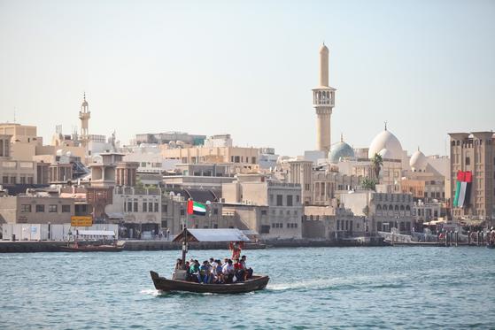 두바이는 예부터 유명한 무역항이었다. 두바이 수로가 있는 구시가지를 가보면 그 흔적이 오롯이 남아있다. 1디르함(약 300원)을 내면 목선을 타고 수로를 건너다닐 수 있다.