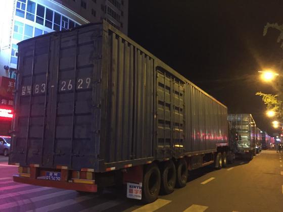 지난 8월 14일 중국 정부가 북한산 석탄과 철·수산물 등을 전면 수입 금지한다고 밝힌 직후 해당 품목을 합법적으로 중국에 수출할 마지막 시한까지 수출물량을 보내려는 북한의 무역차량이 북·중 접경지대인 단둥 시내에 줄을 잇고 있다. 사진은 북한 평북 번호판을 단 트럭들. [연합뉴스]