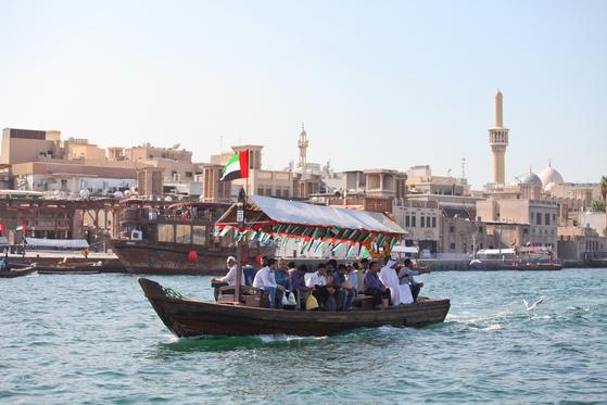 두바이 수로는 예부터 중동의 번성한 무역항이었다. 지금은 1디르함(약 300원)짜리 목선이 관광객을 실어나르느라 바쁘다.