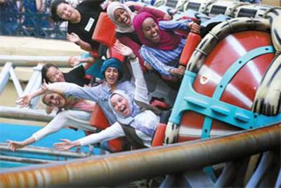 한국을 찾은 무슬림 여행객들이 놀이기구를 타고 있다. [중앙포토]