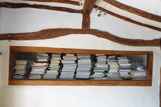 """정순자 여사의 안방 겸 서재 벽장에는 읽은 책으로 가득했다. 그는 """"책을 빌려주고 돌아오지 않으면 속이 상한다""""고 했다."""