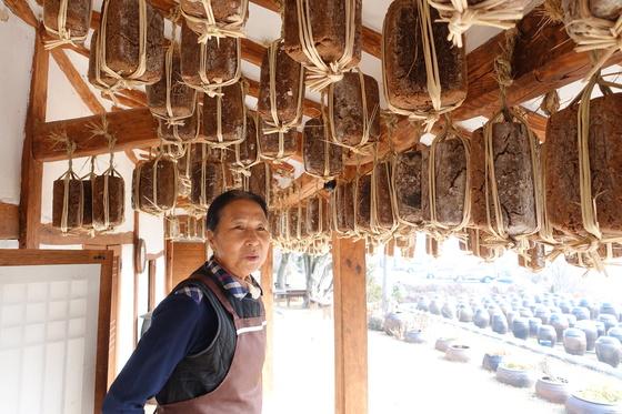 살림집 마루에서 처마에 걸린 메주에 대해 얘기하는 정순자 여사.