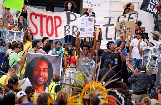 지난해 6월 16일(현지시간) 미국 미네소타주에서 흑인을 사살한 경찰관에 대한 무죄 판결이 나자 시민들이 시위를 벌이고 있다.[로이터=연합뉴스]