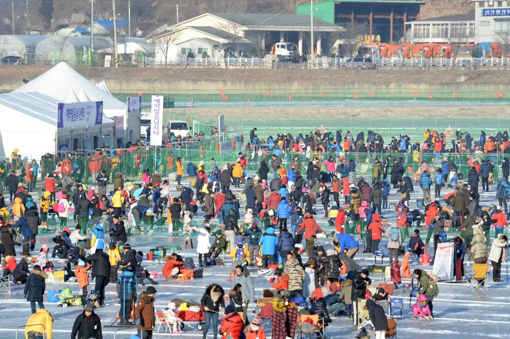 지난 2016년 1월 강원도 화천군 화천천에서 열린 산천어축제를 찾은 관광객들이 낚시를 즐기고 있다. [사진제공=화천군]