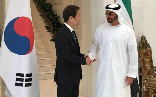 지난해 12월 10일 대통령 특사로 아랍에미리트(UAE)를 방문한 임종석 대통령 비서실장이 무함마드 빈 자이드 알나하얀 왕세제와 만나 악수를 나누고 있다. [사진 청와대]