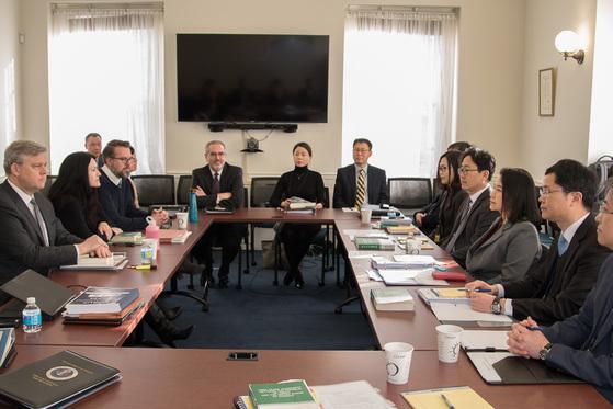 한미 자유무역협정 1차 개정 협상이 5일(현지시간) 미국 워싱턴 무역대표부(USTR)에서 한국 유명희 한국 수석대표(오른쪽 가운데)와 미국 수석대표인 마이클 비먼 USTR 대표보(왼쪽 첫 번째)가 참석한 가운데 열렸다.[산업통상자원부]