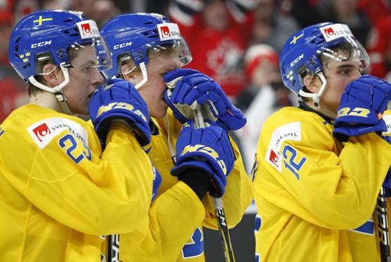 캐나다와의 결승전에서 패한 뒤 아쉬워하는 스웨덴 선수들. [AP=연합뉴스]