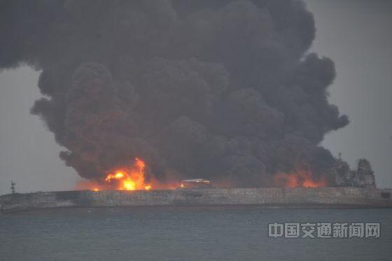 6일 오후 8시쯤 이란을 출발해 한국으로 향하던 유조선 상치호가 동중국해 연안에서 화물선과 충돌한 후 화재가 발생해 불길이 치솟고 있다. [사진=중국교통운수부 웹사이트]