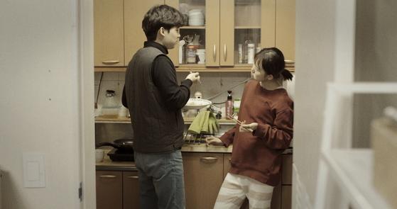 두사람이 만나 연애하는 것을 넘어서 결혼까지의 험난한 과정을 돌파하는 것은 또 다른 일이다. 7일 개봉한 영화 '초행의 한 장면'. [사진 인디플러그]