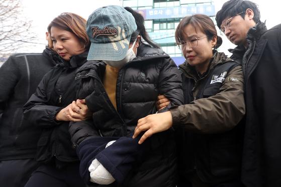 화재를 일으켜 3자녀를 숨지게 한 혐의를 받는 정모(22)씨가 지난 2일 광주지방법원에서 열린 영장실질심사에 출석하고 있다. [연합뉴스]