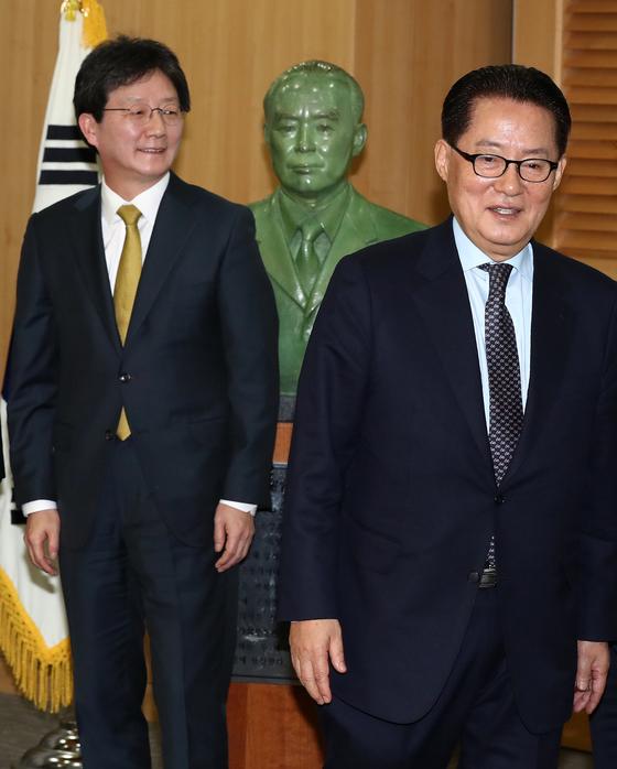 유승민(왼쪽) 바른정당 대표와 박지원 국민의당 의원 [중앙포토]