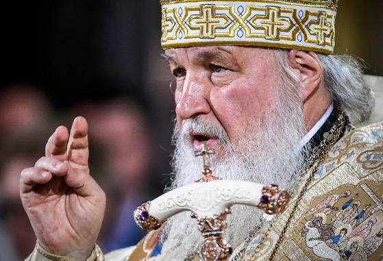 러시아 정교회 키릴 총주교가 성탄 이브인 6일 밤 '구세주 성당'에서 성탄 예배를 집전하고 있다.