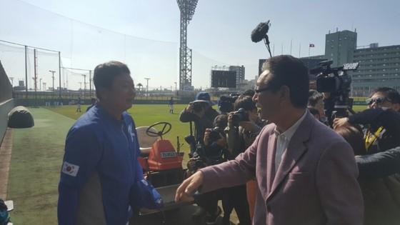 지난해 2월 일본 오키나와서에서 만난 선동열 감독과 호시노 부회장. 오키나와=김원 기자