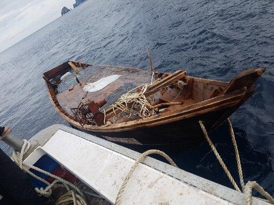 시신 4구가 발견된 표류 북한 어선 [사진 독자제공]