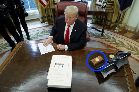 도널드 트럼프 미국 대통령 책상에 버튼이 놓여있다. 트럼프 대통령은 주로 콜라를 주문할 때 이 버튼을 누르는 것으로 알려졌다. [로이터=연합뉴스]