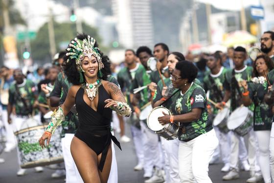 삼바 스쿨 학생들이 6일(현지시간) 브라질 리우데자네이루 코파카바나 해변에서 퍼레이드를 하고 있다. [AP=연합뉴스]