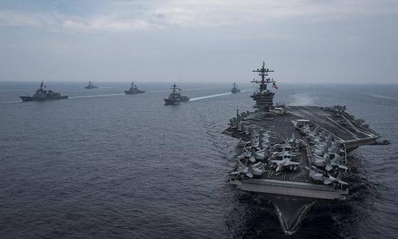 지난해 6월 칼빈슨함(오른쪽 끝)이 동해상에서 호위함들과 함께 훈련을 하고 있다.  [사진 미 해군]