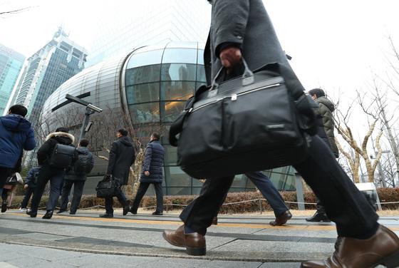 새해 첫 출근일인 2일 오전 서울 영등포구 여의도동에서 직장인들이 출근하는 발걸음을 재촉하고 있다.