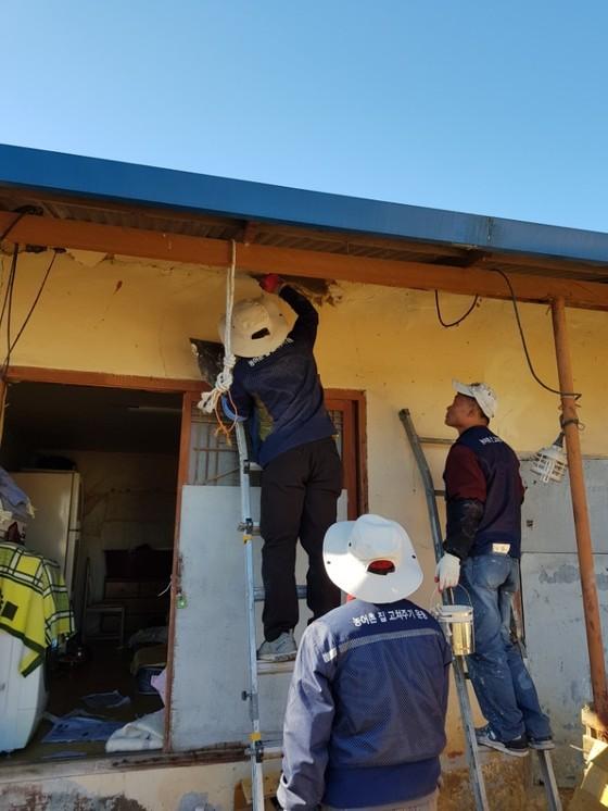 지진 피해를 입은 포항시 흥해읍에서 봉사자들이 집 고쳐주기 봉사를 하고 있다. [사진 다솜둥지복지재단]