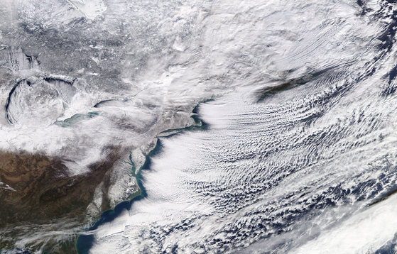 6일(현시 시각) 미 항공우주국 인공위성이 촬영한 미국 동부 지역의 겨울 폭풍 모습. [연합뉴스]