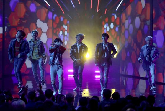2017년 11월 19일 아메리칸 뮤직 어워드에서 'DNA' 퍼포먼스를 하는 방탄소년단. [AP통신]