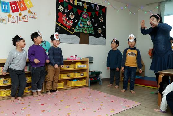서울 종로구 롯데백화점 어린이집에서 방과후 영어 수업중인 아이들. 올해 3월부터 초등학교 1~2학년의 방과후 영어 수업이 금지됨에 따라 유치원과 어린이집에서도 금지하는 방안이 추진된다.[중앙포토]