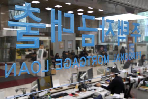 3일 서울의 한 시중은행 주택자금대출 창구의 모습. [연합뉴스]
