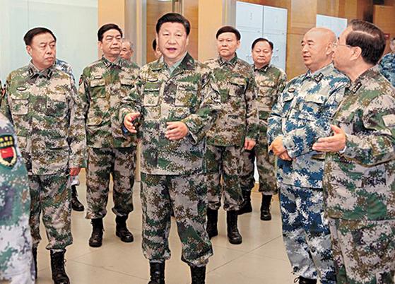 군복 차림의 시진핑 국가주석(가운데)이 2016년 4월 20일 중앙군사위 직속 기구인 연합작전지휘센터를 방문해 간부들과 대화하고 있다. 센터 내에는 지하 2㎞ 깊이의 핵 벙커가 있다. [해방군보 웨이보 캡처]
