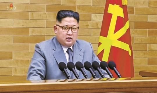 은회색 계열의 양복 차림으로 2018년 신년사 낭독하는 김정은. [조선중앙TV]