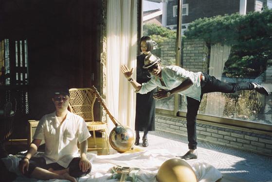 '아프로 아시안 싸운드 액트'를 결성한 성기완, 한여름, 아미두 디아바테. 각각 록밴드, 국악, 서아프리카 음악 등 전공 분야는 다르지만 서로 다른 매력을 한 데 아우르며 독특한 소리를 뿜어낸다. [사진 칠리뮤직]