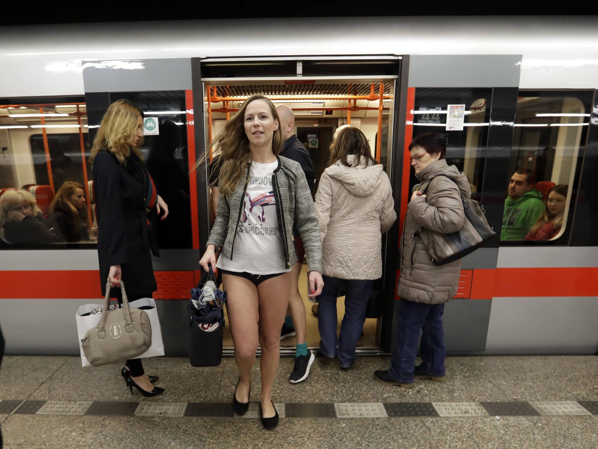 7일(현지시간) 체코 프라하에서 '바지 없이 지하철 타기'를 하고 있는 여성 승객이 지하철에서 하차하고 있다. [AP=연합뉴스]