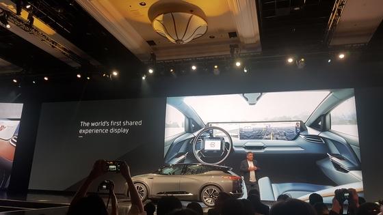 7일(현지시간) 미국 라스베이거스 만달레이 베이 컨벤션센터에서 열린 중국 전기차 스타트업 '바이톤' 행사에서 공동 창업자 카슨 브라이트필드가 신형 전기차를 소개하고 있다. 라스베이거스=하선영 기자