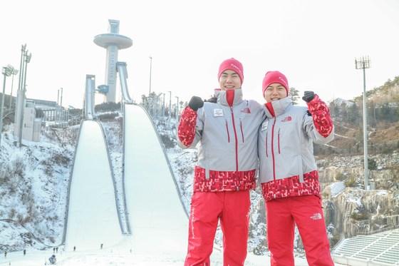 박혁재 하사(왼쪽)와 박희민 하사가 평창 알펜시아 스키점프대 앞에서 화이팅을 외치고 있다.  [사진 육군]