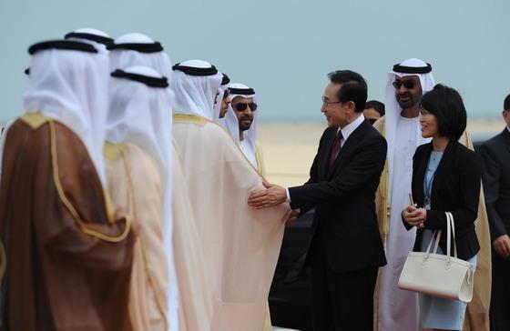 이명박 전 대통령이 2011년 3월 아랍에미리트 모하메드 왕세자와 브리카 원전예정부지 기공식에서 참석인사들과 악수를 나누고 있다. [ 사진제공 = 사진공동취재단 KPPA ]